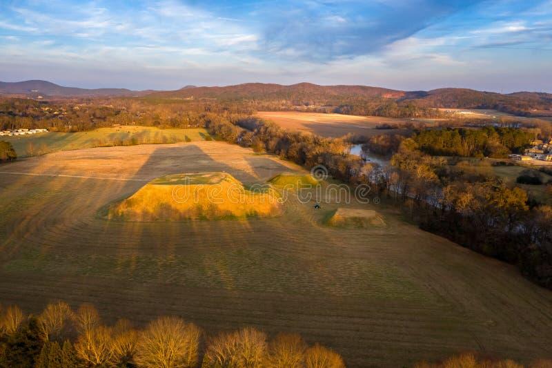 Flyg- sikt av den historiska platsen Etowah för indiska kullar i Cartersville Georgia arkivfoton