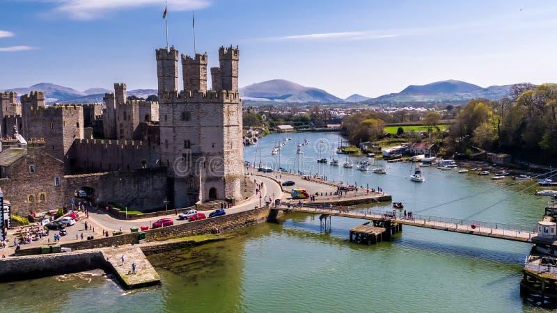 Flyg- sikt av den historiska slotten Caernafon, Gwynedd i Wales - Förenade kungariket arkivbild