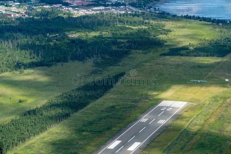 Flyg- sikt av den Homer Airport HOM landningsbanan i Homer Alaska arkivfoton