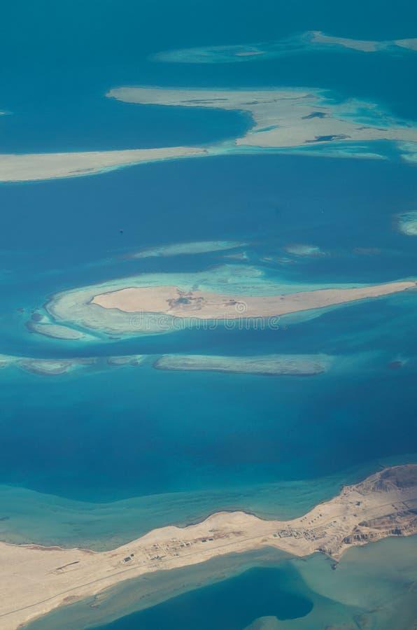 Flyg- sikt av den Hurghada sjösidan och öar i Röda havet Flygplansikt royaltyfri fotografi