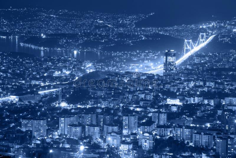 Flyg- sikt av den i stadens centrum Istanbul staden och bron royaltyfria bilder