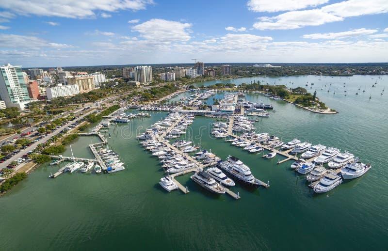 Flyg- sikt av den i stadens centrum Sarasotaen, Florida royaltyfria foton