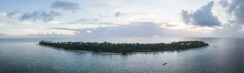 Flyg- sikt av den idylliska ön och solnedgången i Indonesien arkivbilder
