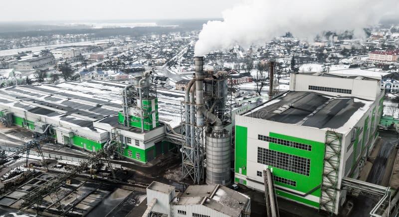 Flyg- sikt av den industriella stålväxten Flyg- sleelfabrik Flyga över rör för rökstålväxt ekologisk miljöfotoförorening för kris royaltyfri fotografi