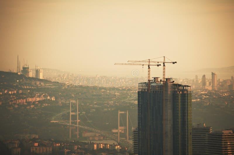 Flyg- sikt av den Istanbul staden som är i stadens centrum med skyskrapor på natten royaltyfri bild