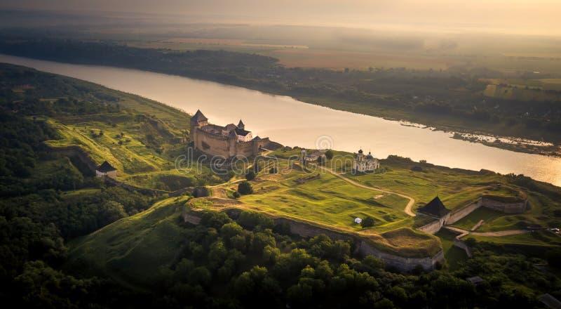 Flyg- sikt av den Khotyn fästningen ett befästningkomplex som lokaliseras på den högra banken av den Dniester floden i Khotyn und royaltyfri foto