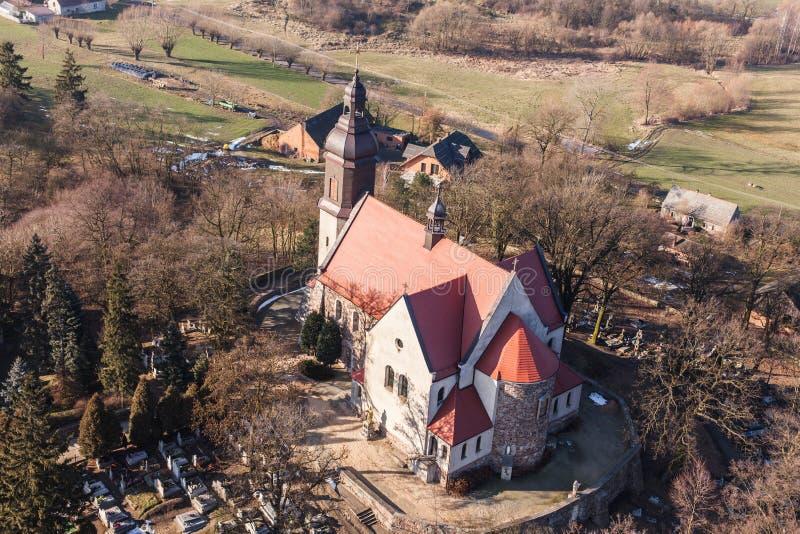 Flyg- sikt av den kristna kyrkan i by för Kotlà ³w arkivbild