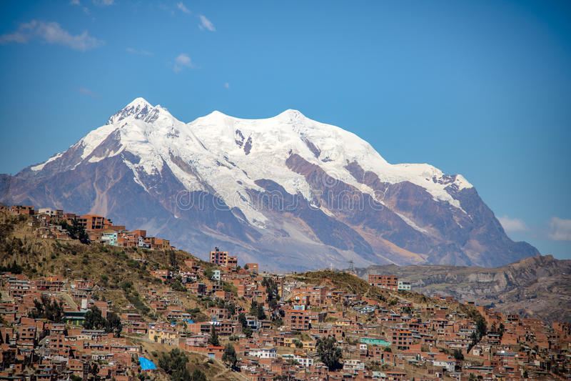 Flyg- sikt av den LaPaz staden med det Illimani berget på bakgrund - La Paz, Bolivia royaltyfri bild