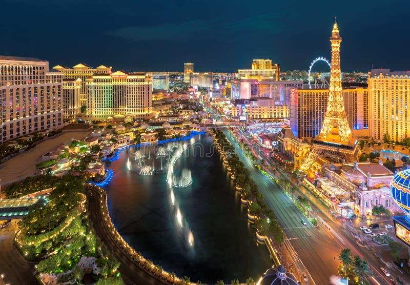 Flyg- sikt av den Las Vegas remsan på natten royaltyfria bilder