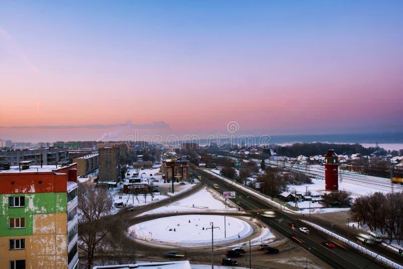 Flyg- sikt av den lilla lantliga staden i Sibirien, Ryssland på solnedgången royaltyfri foto
