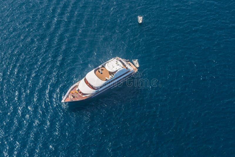 Flyg- sikt av den lyxiga yachten i det Maldiverna havet royaltyfri foto