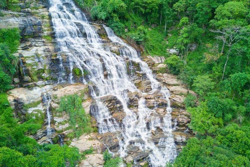 Flyg- sikt av den Mae Ya vattenfallet i regnig säsong på Doi Inthanon royaltyfri fotografi