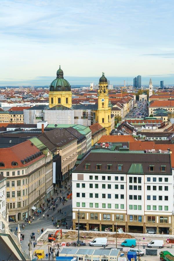 Flyg- sikt av den Marienplatz och Munich staden, Bayern, Tyskland arkivbilder