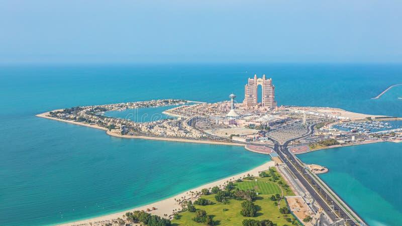 Flyg- sikt av den Marina Mall och marinaön i Abu Dhabi, UAE - panoramautsikt av att shoppa området arkivfoto