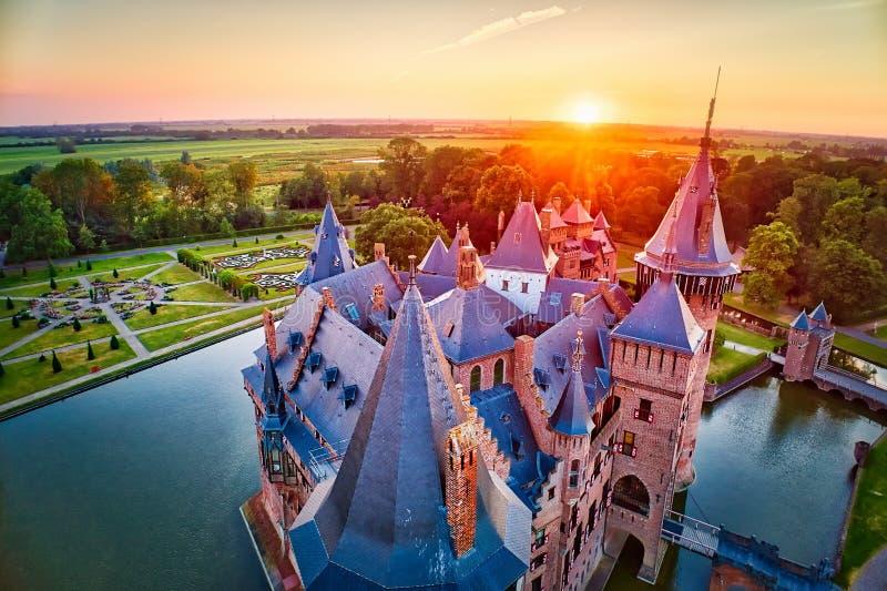 Flyg- sikt av den medeltida slotten De Haar på solnedgången i Netherla royaltyfri foto