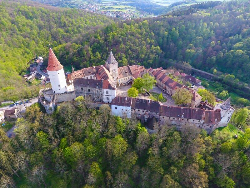 Flyg- sikt av den medeltida slotten Krivoklat i Tjeckien arkivfoto