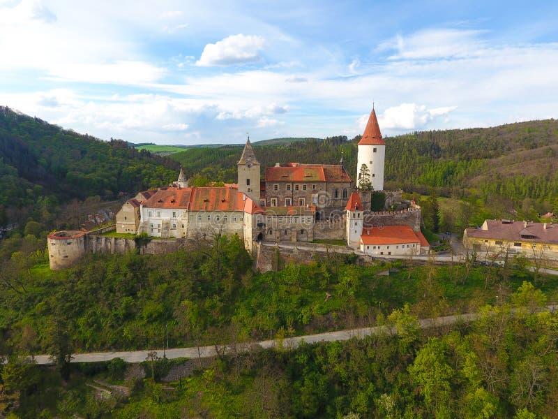 Flyg- sikt av den medeltida slotten Krivoklat i Tjeckien royaltyfri bild