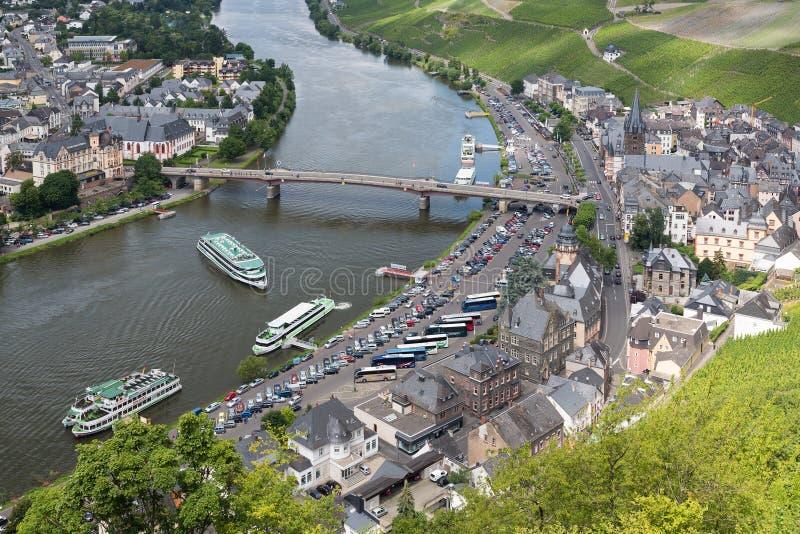 Flyg- sikt av den medeltida staden Bernkastel med turister som gör en flod att kryssa omkring fotografering för bildbyråer