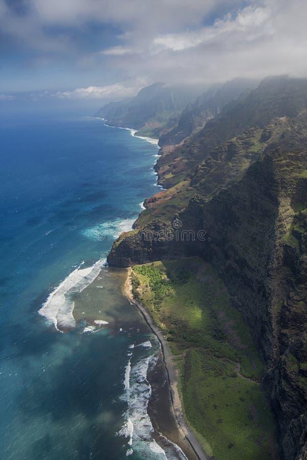 Flyg- sikt av den Milolii delstatsparken, kust för Na Pali, Kauai, Hawaii royaltyfria foton
