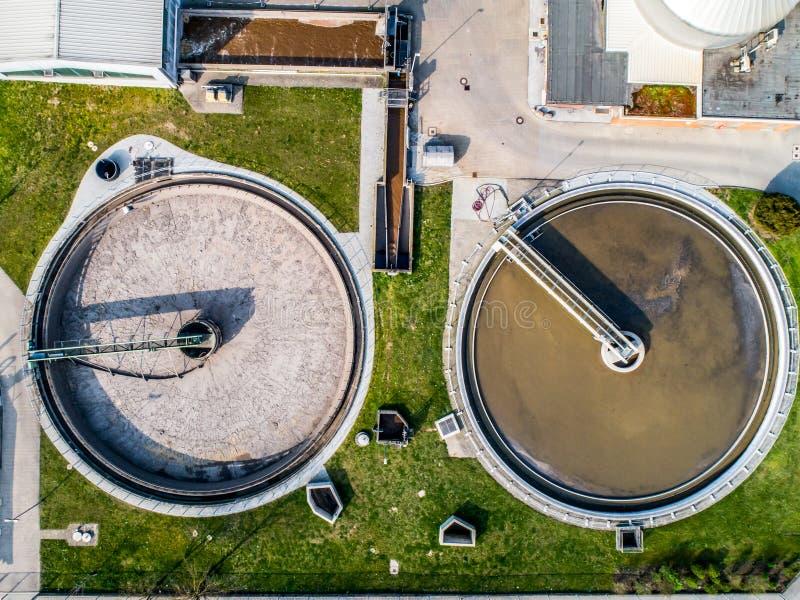 Flyg- sikt av den moderna industriella reningsanläggningen bredvid Rhinet River arkivfoto