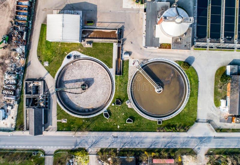 Flyg- sikt av den moderna industriella reningsanläggningen bredvid Rhinet River arkivbild