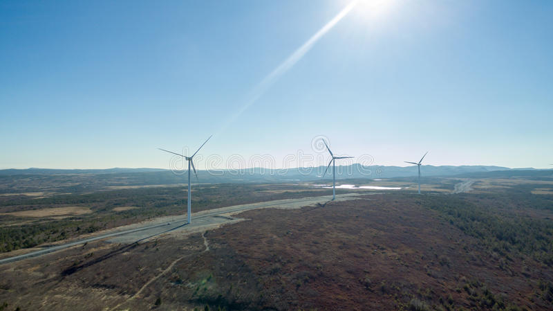 Flyg- sikt av den moderna väderkvarnturbinen, vindkraft, grön energi royaltyfri foto