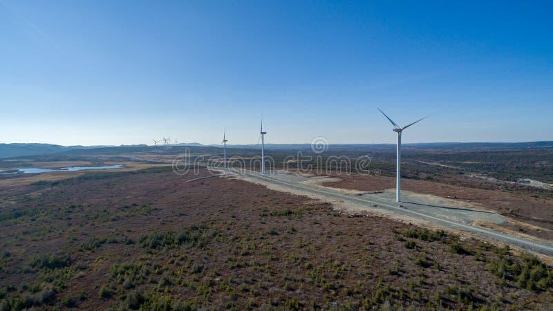 Flyg- sikt av den moderna väderkvarnturbinen, vindkraft, grön energi fotografering för bildbyråer
