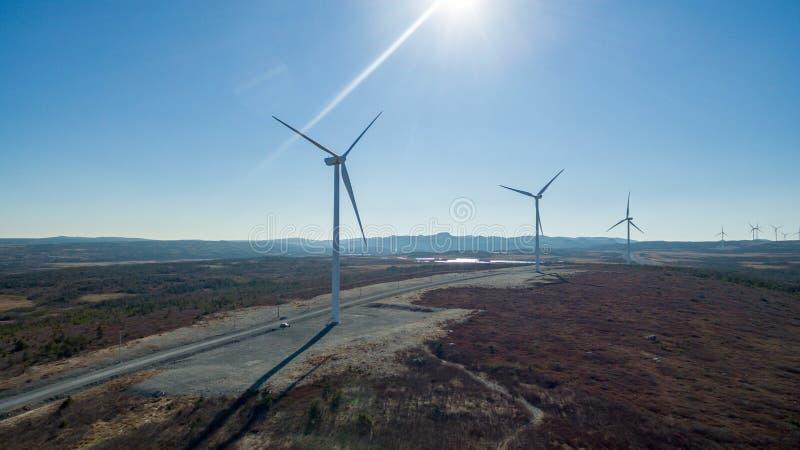 Flyg- sikt av den moderna väderkvarnturbinen, vindkraft, grön energi royaltyfria bilder