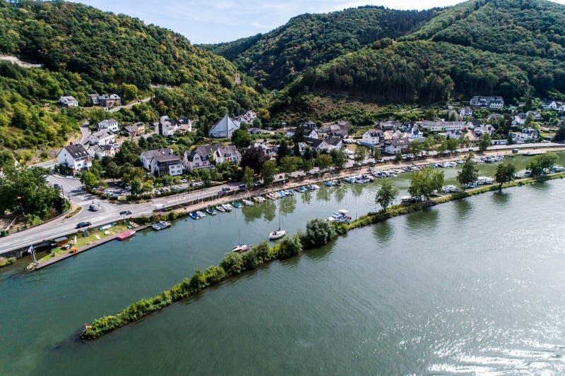 Flyg- sikt av den mosel byn Brodenbach i Tyskland på en solig sommardag arkivbilder