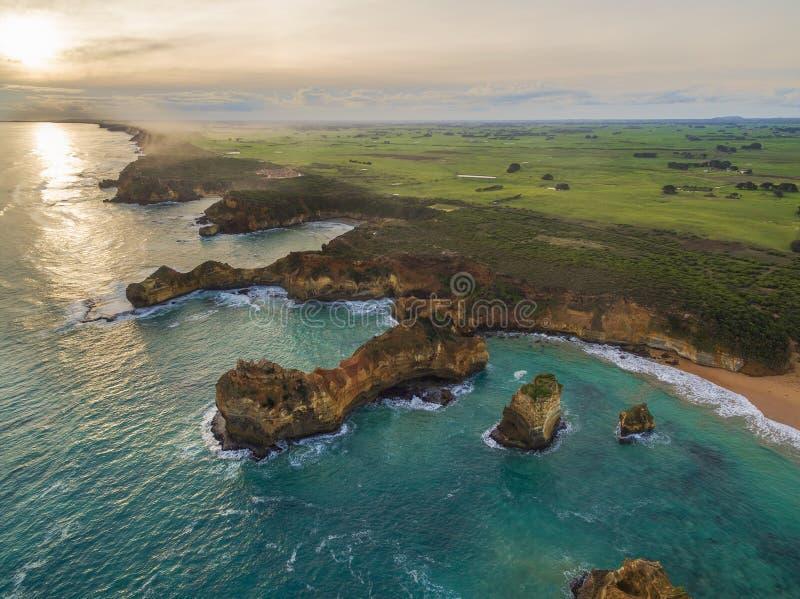 Flyg- sikt av den ojämna kustlinjen nära den Childers lilla viken, Australien arkivfoto