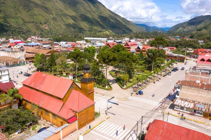 Flyg- sikt av den Oxapampa staden i Peru royaltyfri bild