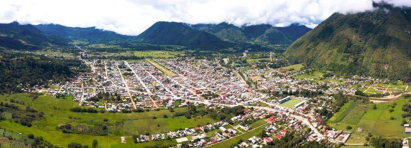 Flyg- sikt av den Oxapampa staden i Peru royaltyfria foton