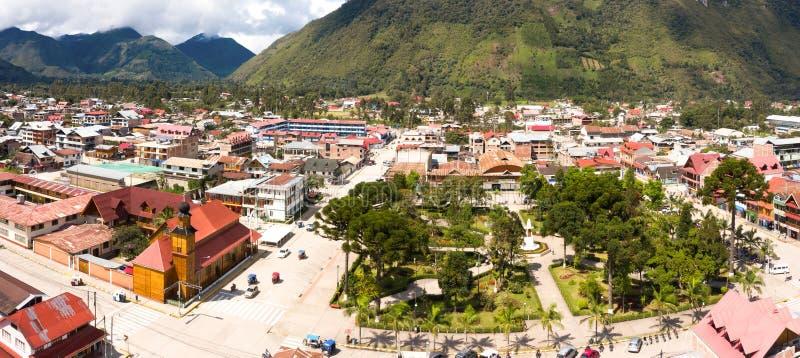 Flyg- sikt av den Oxapampa staden i Peru arkivbilder