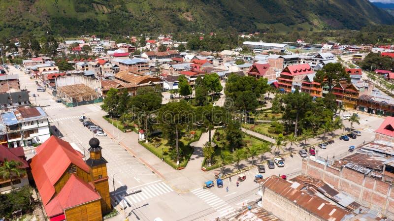 Flyg- sikt av den Oxapampa staden i Peru royaltyfri fotografi