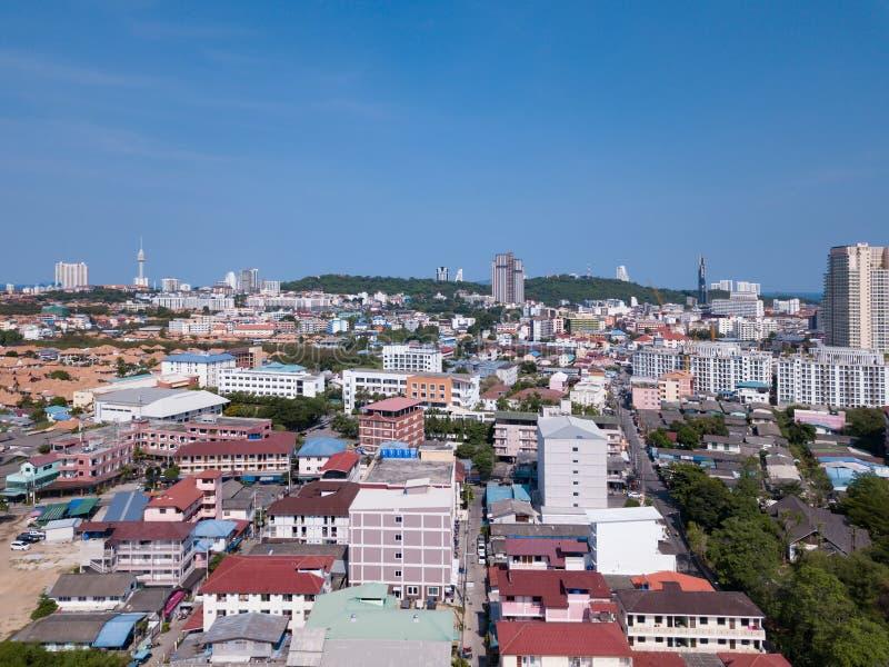 Flyg- sikt av den Pattaya staden, Chonburi, Thailand Turismstad i Asien Hotell och bostads- byggnader med blå himmel på middagen arkivbilder