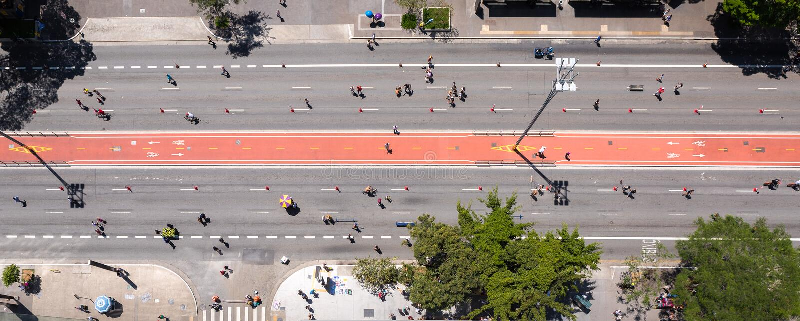Flyg- sikt av den Paulista avenyn i Sao Paulo P? s?ndagar blir det fritidomr?de arkivfoto