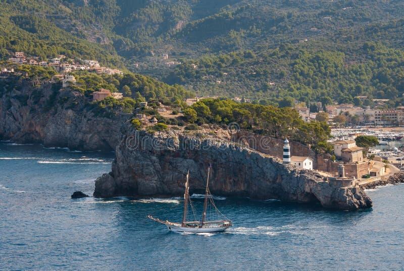 Flyg- sikt av den Port de Soller marina med kust- klippor på Majorca arkivbild
