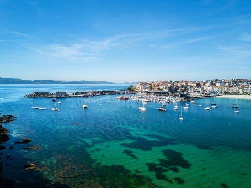 Flyg- sikt av den Portonovo hamnen, Galicia royaltyfri bild
