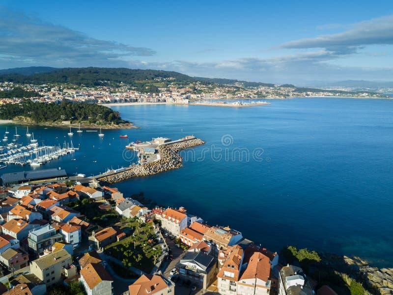 Flyg- sikt av den Portonovo hamnen, Galicia royaltyfria foton