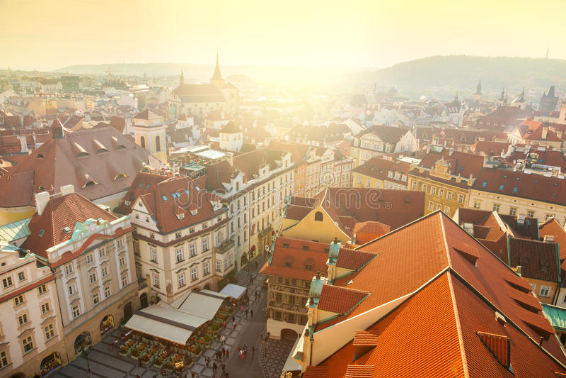 Flyg- sikt av den Prague staden med röda tak royaltyfri bild