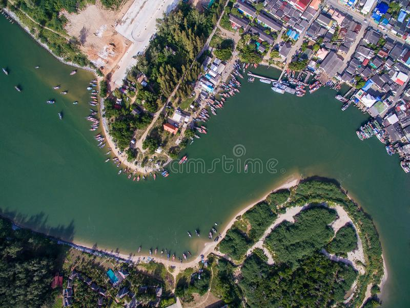 Flyg- sikt av den Pranburi breda flodmynningen med fiskeläget längs floden royaltyfria foton