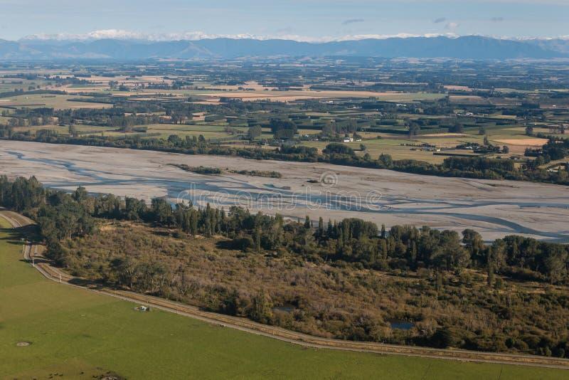 Flyg- sikt av den Rakaia flodbädden arkivfoton