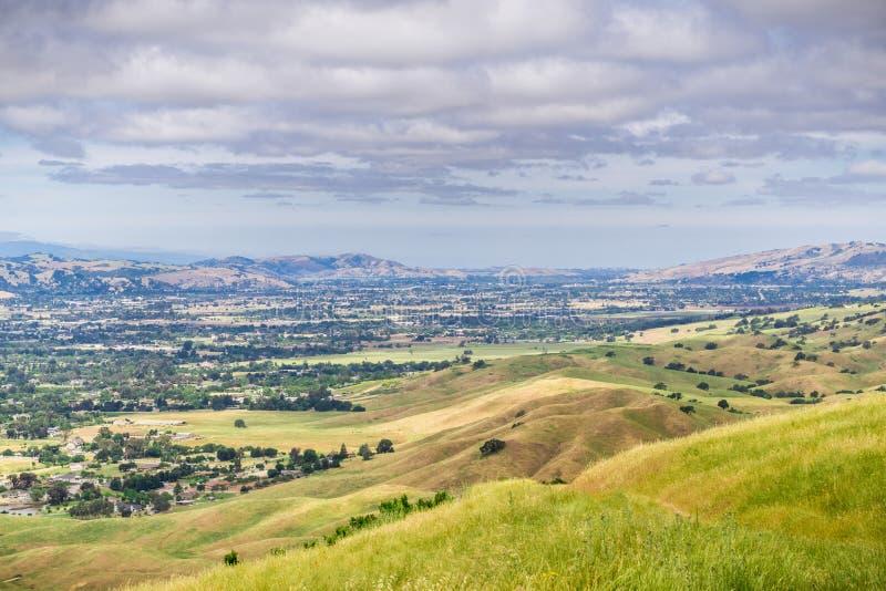 Flyg- sikt av den södra dalen som sett från prärievarg sjön Harvey Bear Ranch County Park, San Jose i bakgrunden, södra San royaltyfri fotografi