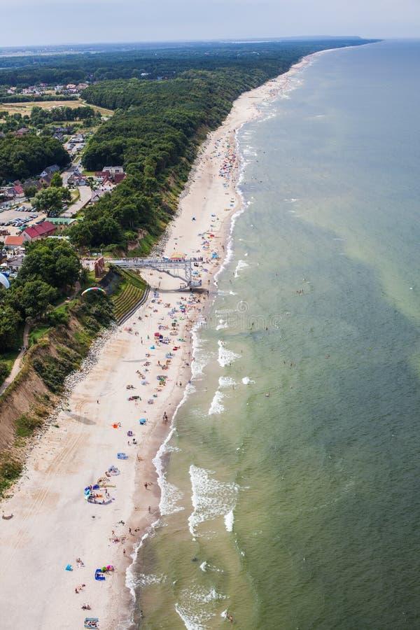 Flyg- sikt av den sandiga polska stranden på det baltiska havet royaltyfria bilder