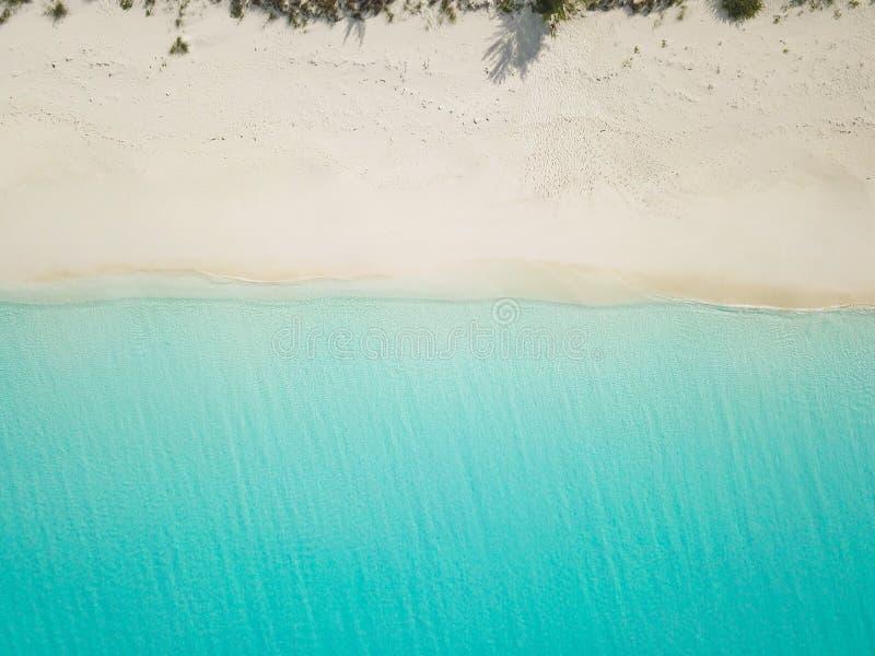 Flyg- sikt av den sandiga stranden exuma Bahamas royaltyfria foton