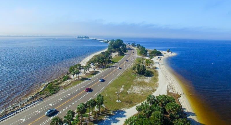 Flyg- sikt av den Sanibel vägbanken, Florida royaltyfri bild