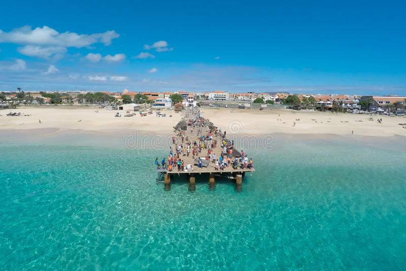 Flyg- sikt av den Santa Maria stranden i SalKap Verde - Cabo Verde fotografering för bildbyråer