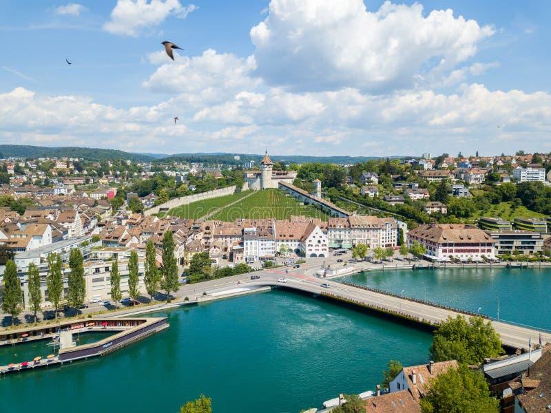 Flyg- sikt av den schweiziska gamla staden Schaffhausen, med den medival slotten Munot över Rhinet River arkivbilder