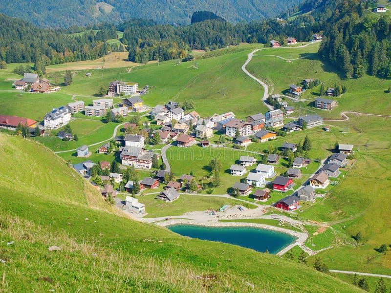 Flyg- sikt av den små schweiziska byn arkivfoto