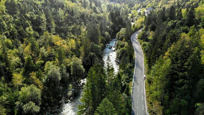 Flyg- sikt av den Soca floden i nationalparken Triglav - Slovenien royaltyfria foton